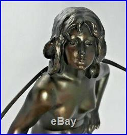 1890-1919 ART NOUVEAU Porteuse d'eau nue sur marbre