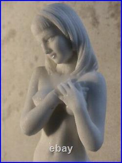 Belle sculpture en marbre reconstitué, femme nue de style Art Nouveau, h 38cm
