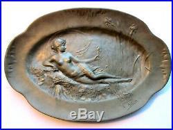 Coupe étain Art Nouveau Femme nue allongée au bord de l'eau signée L. ALLIOT