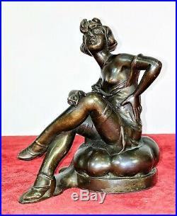 Dame Fumant. Metal Patiné Bronze. Art Deco. Signé Lesueur. France. Circa 1920