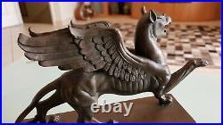 Griffon Bronze Sculpture Art Nouveau Gothique sur socle en marbre