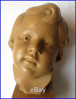 Sculpture Art Nouveau terre cuite Buste d'enfant sur piédestal, signée S. DANIEL