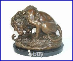 Sculpture en Bronze, Figurine Lion Avec Serpent, Puissant Animalière A. Barye
