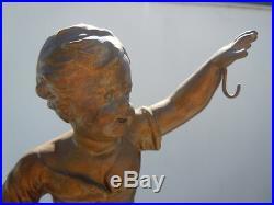Sculpture enfant porte montre vers 1920